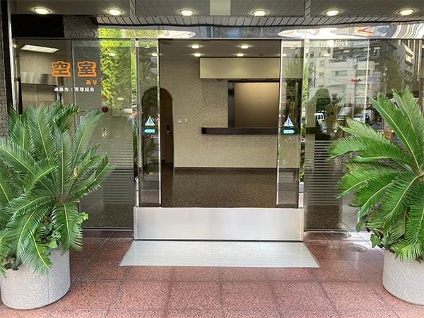 駅ビル入り口へのスーパー止水番2設置イメージ