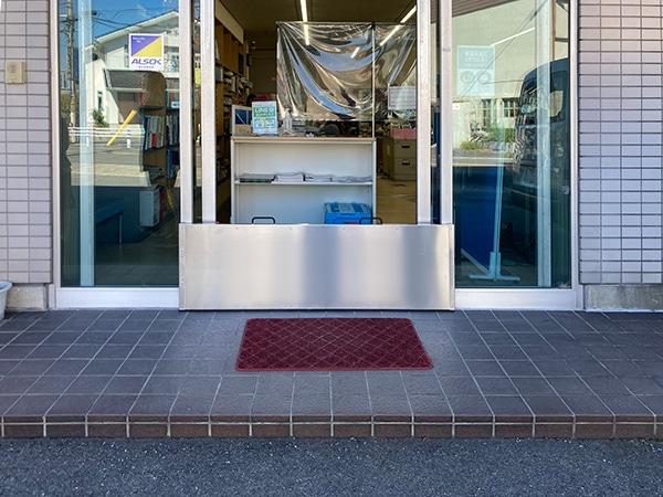 企業社屋入り口へのスーパー止水番2設置イメージ